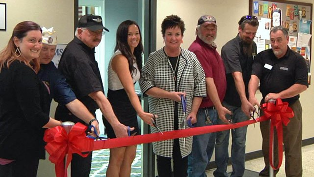 Ribbon-cutting ceremony opens veterans' lounge at Murray State College. (KTEN)