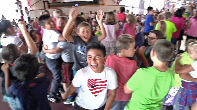 Students celebrate after learning that Gunter Elementary was named a National Blue Ribbon School. (KTEN)