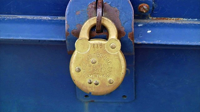 There's a new lock on the Van Alstyne mailbox that was the target of a thief. (KTEN)