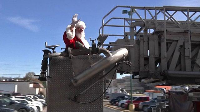 Santa arrives by firetruck at the Shops at Ardmore. (KTEN)