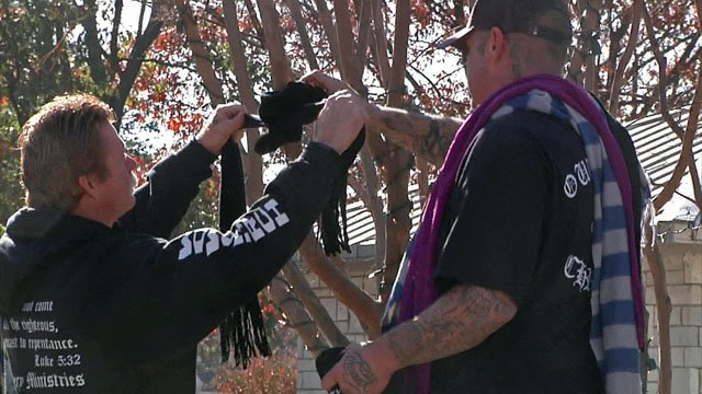 Volunteers in Ardmore tie scarves to a tree. (KTEN)