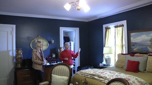 Cynthia Eversole gives reporter Carley Banks a tour of her historic Denison home. (KTEN)