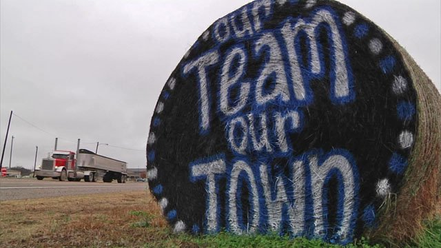 Hay bales offer messages of support to the Gunter Tigers. (KTEN)