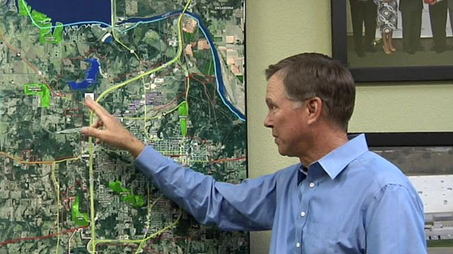 Denison Development Alliance president Tony Kaai points to the 154-acre site on a map. (KTEN)