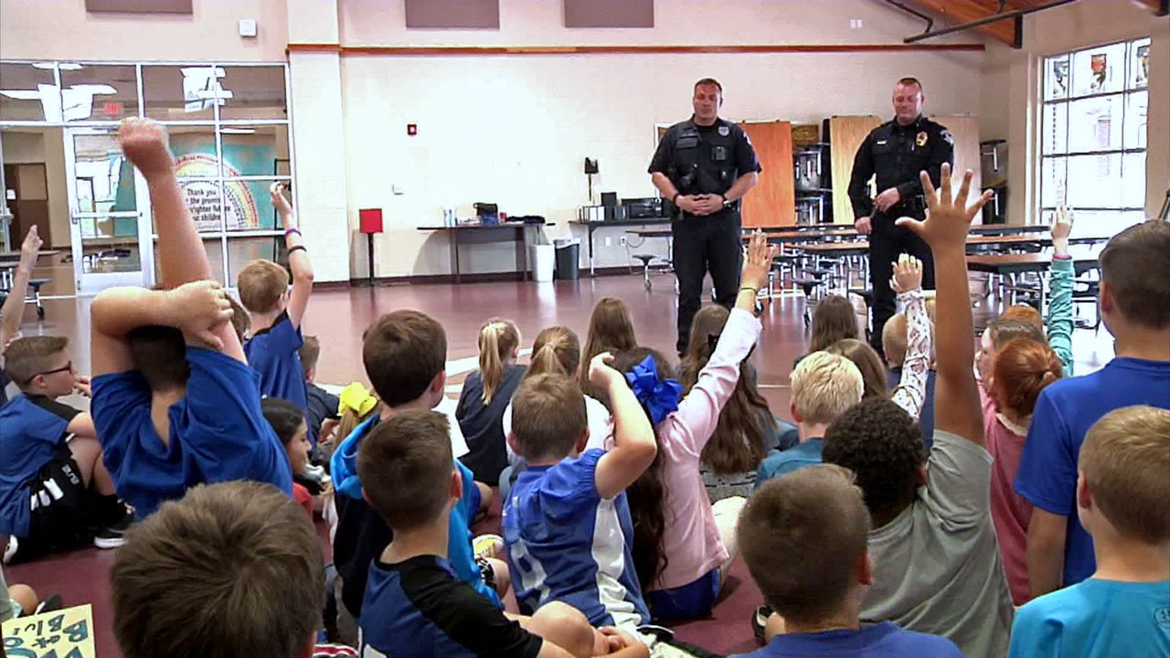 Gunter police answer questions from Gunter ISD students. (KTEN)
