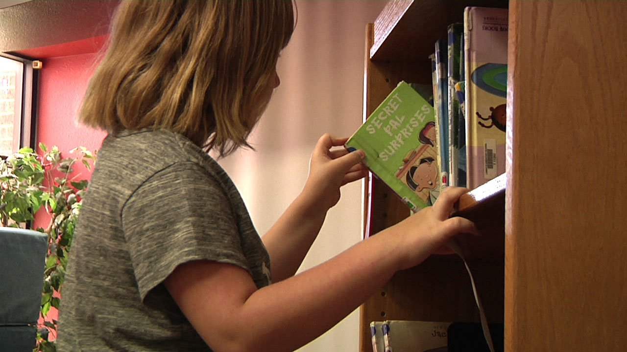 Lamar Elementary plans to use its $50,000 gift to buy books and computers for the school's library. (KTEN)