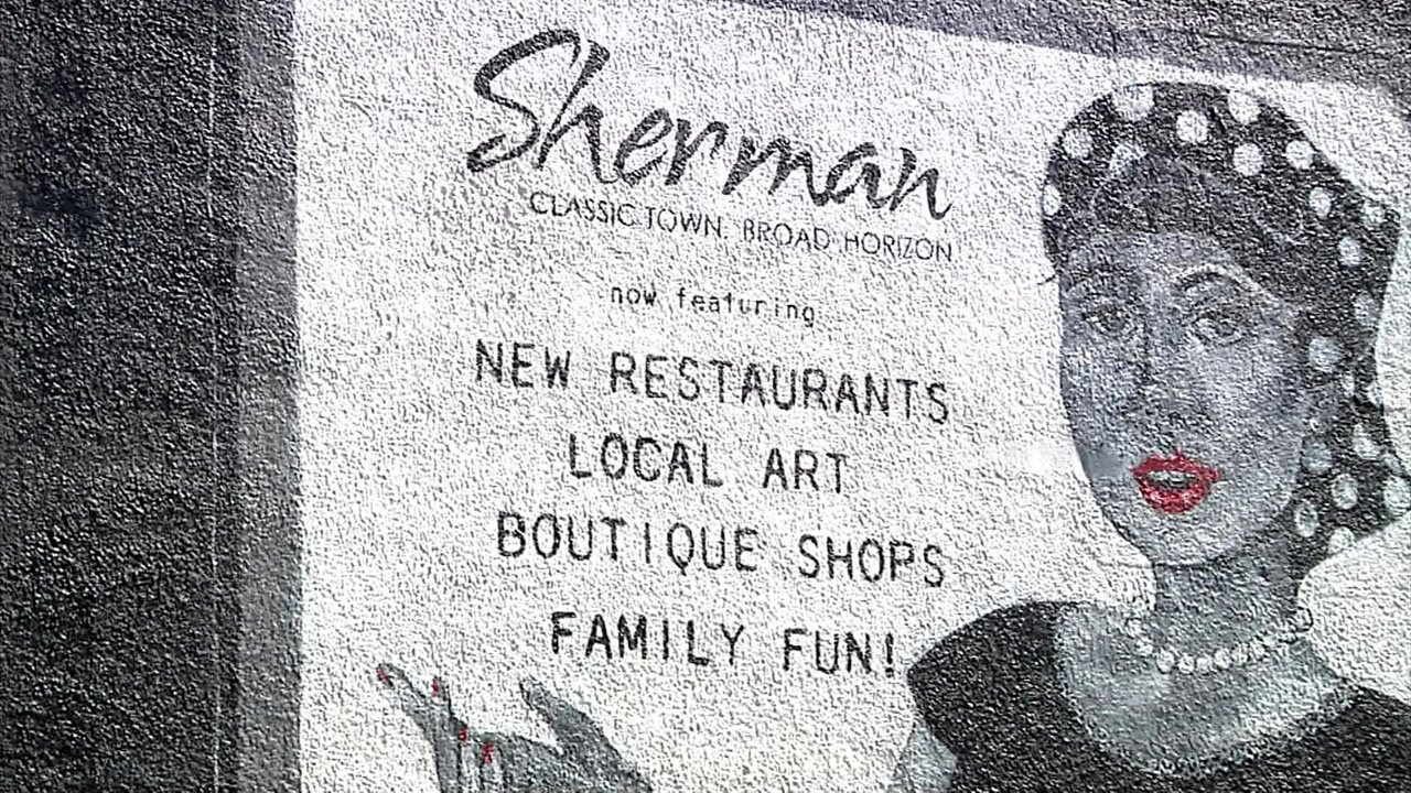 A 1950s-themed mural is now part of downtown Sherman. (KTEN)