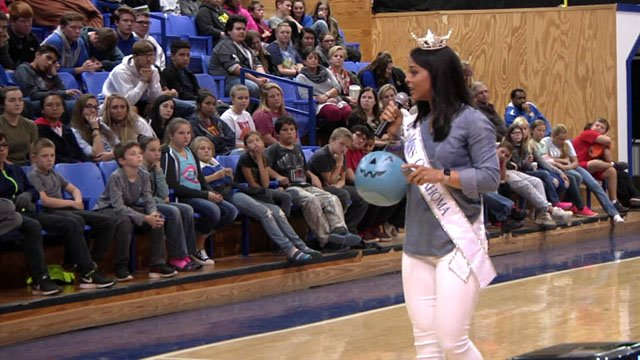 Miss Oklahoma Triana Browne offers inspiration to students in Bokchito. (KTEN)