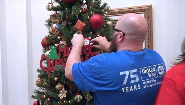 United Way volunteers decorate a Christmas tree. (KTEN)