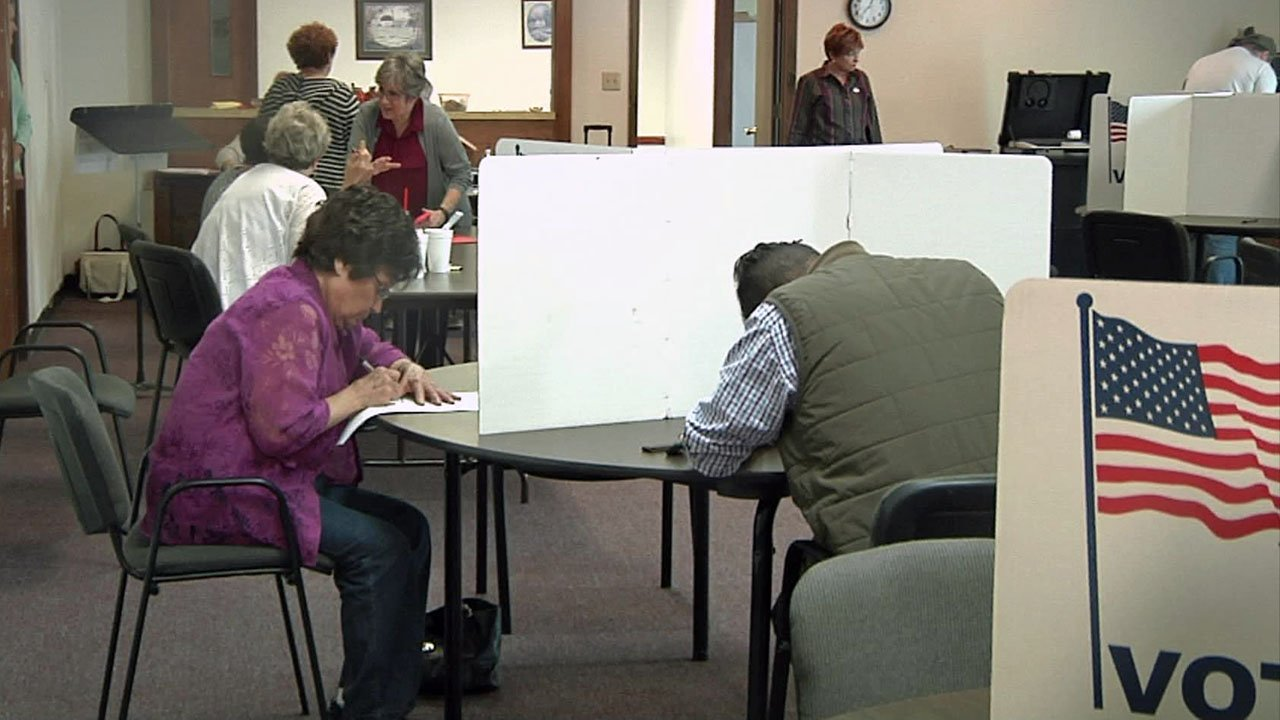 Voters cast their ballots at an Ardmore polling place. (KTEN)