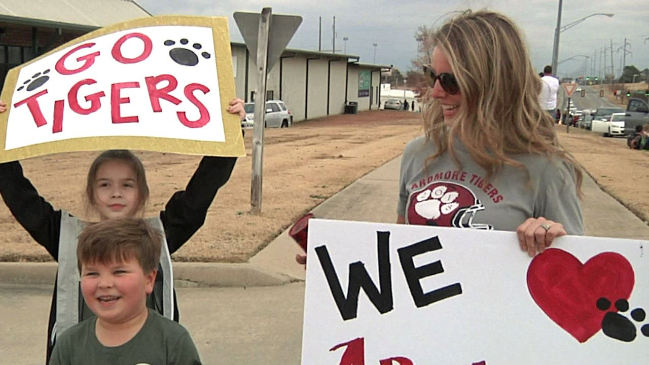 Fans young and old cheered the Ardmore Tigers as they departed for the state title game. (KTEN)