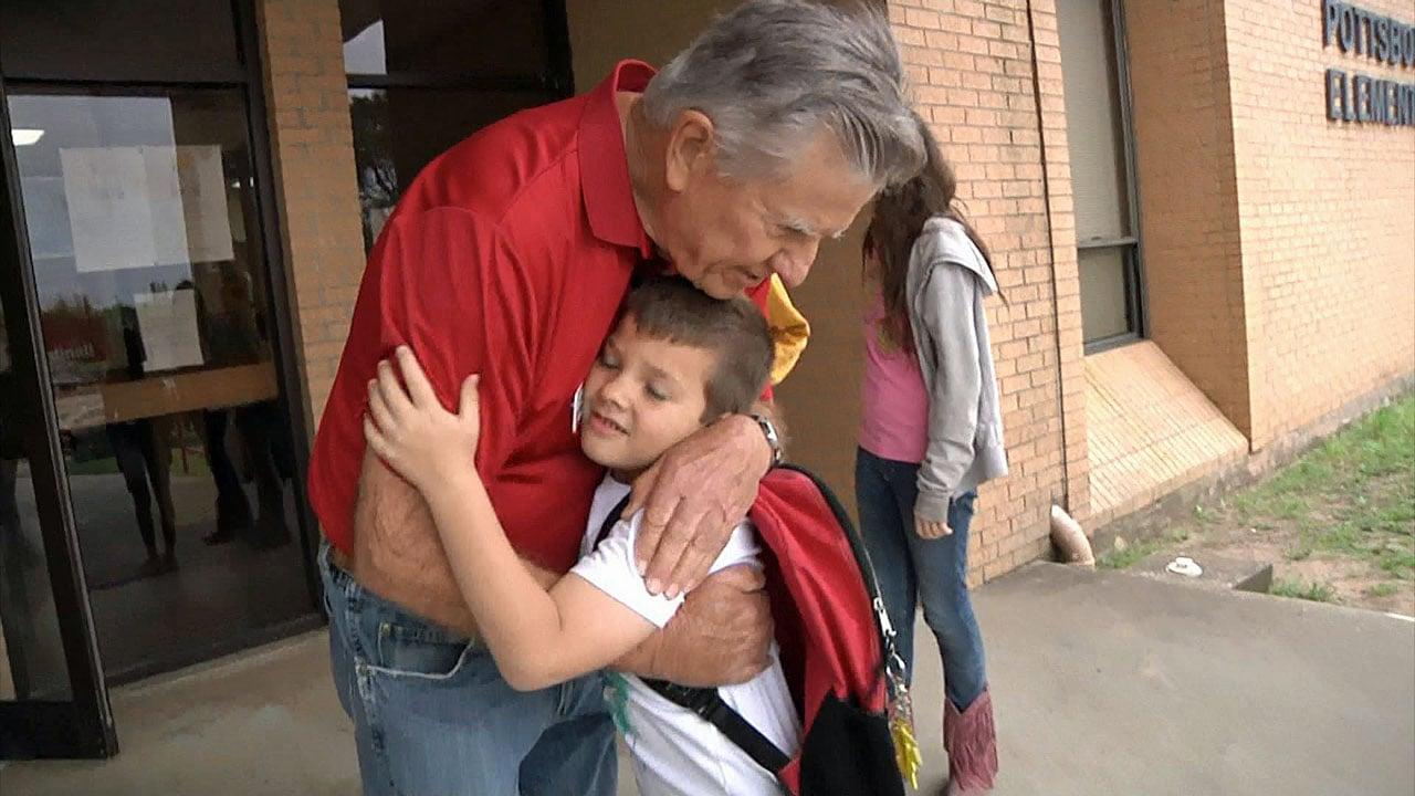Jim Davis greets a student at Pottsboro Elementary School. (KTEN)