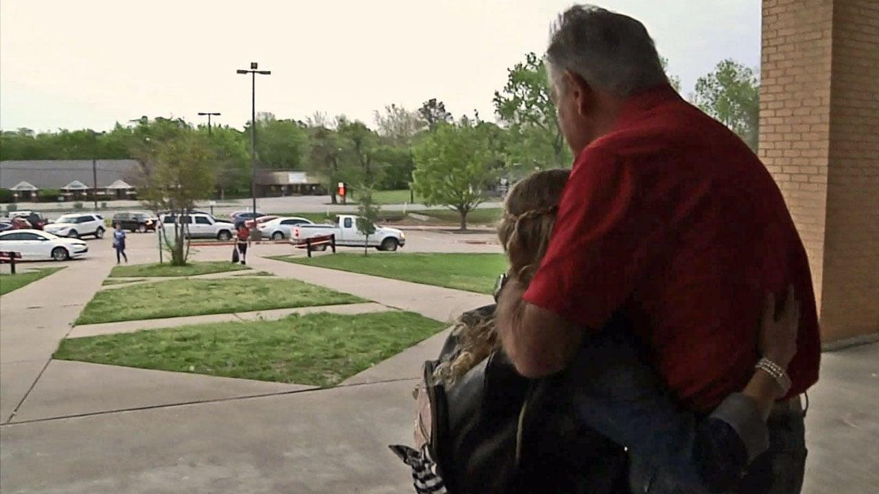 Jim Davis says he loves his job greeting students at Pottsboro schools. (KTEN)