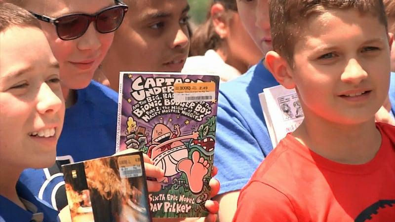 Gunter 5th graders raised money to purchase books for the city's new Little Free Library. (KTEN)