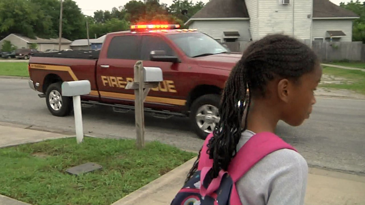 The chief's vehicle pulls up to take Sa'lasja Chapman to school. (KTEN)