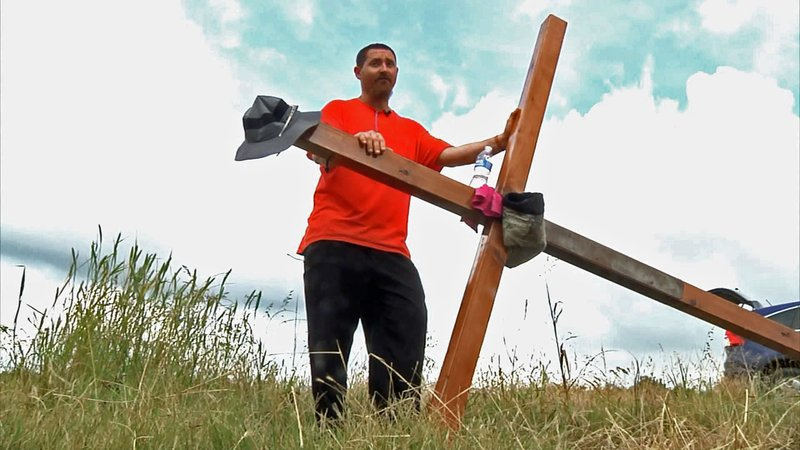 Acie Burleson is carrying a 40-pound wooden cross across the USA. (KTEN)