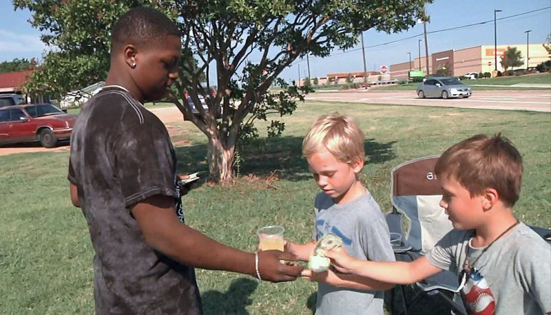 Hollis and Slade Prock accept a donation at their Sherman lemonade stand. (KTEN)