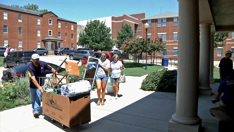 An SOSU student gets some help on move-in day. (KTEN)