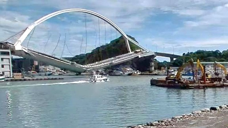 The moment that a bridge in Nanfangao, Taiwan, collapsed on October 10, 2019. (CNN)