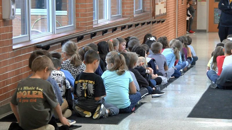 Students crowd a hallway at Hyde Park Elementary School in Denison. (KTEN)