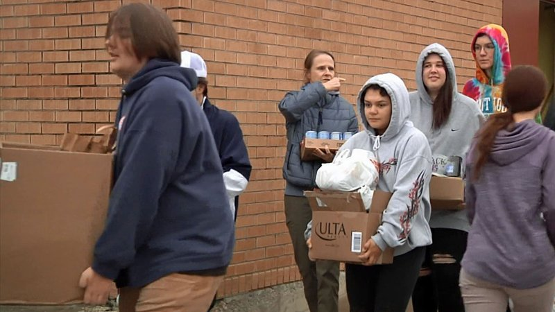 Durant students load food for the Bryan County food drive. (KTEN)